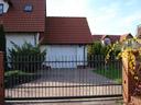Brama garażowa EPU 40, białe kasetony, zamek z okuciami, brama przesuwna