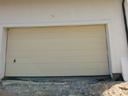 Brama garażowa LPU 40, przetłoczenia typu M, kolor RAL 1015