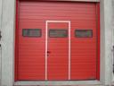 Bramy przemysłowe SPU 40 z przeszkleniem typu A i drzwiami przejściowymi