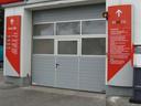Brama przemysłowa SPU 40 z przeszkleniem w ramie aluminiowej i drzwiami przejśiowymi bez progu